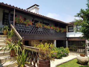 Casa Principal - jardim de entrada e alpendre